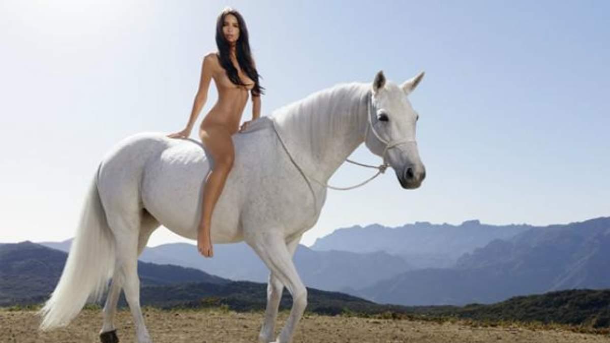 Відома модель позувала на коні абсолютно голою: фото 18+