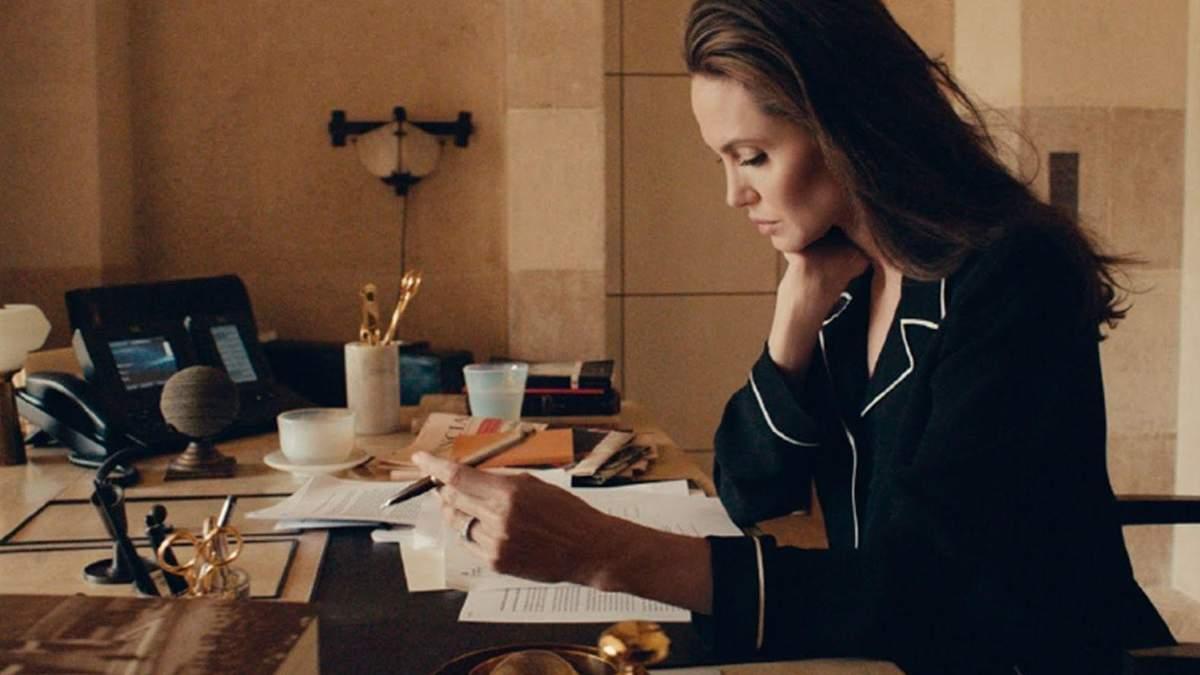 Неймовірна краса та ніжність: Анджеліна Джолі знялася у міні-фільмі