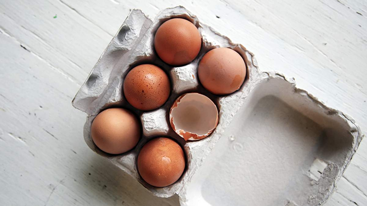 Чому яйця не варто зберігати на дверцятах холодильника