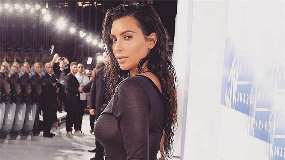 Кардашян вкотре шокувала публіку сукнею без білизни: опубліковано фото