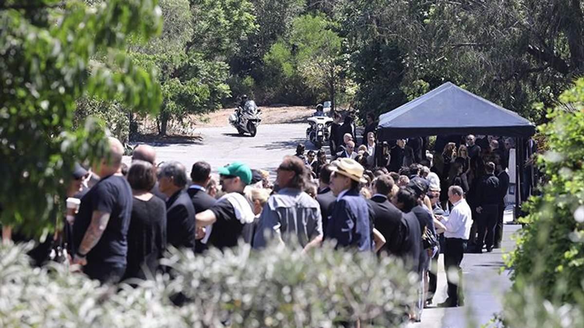 На похороны Честера Беннингтона все надели браслеты: фото