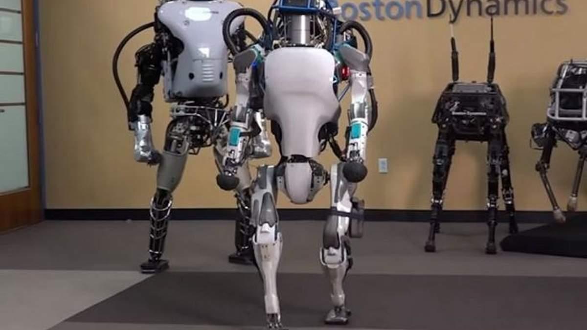 Людиноподібний робот вперше навчився робити сальто назад: відео