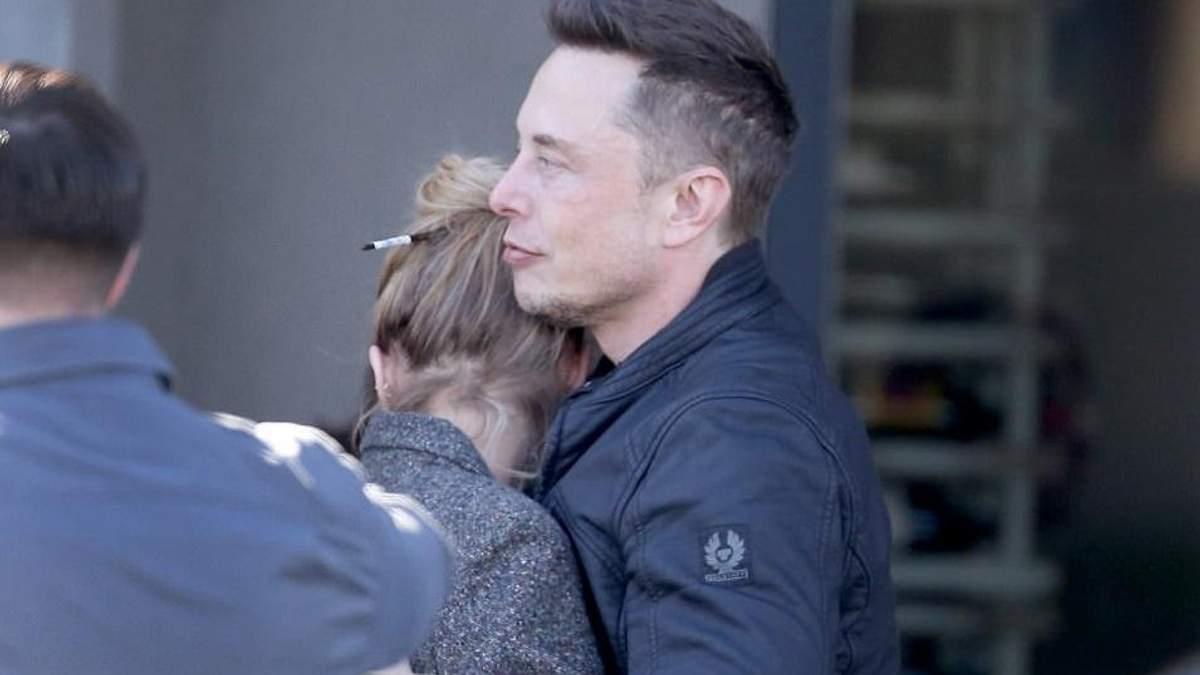 Илона Маска поймали за нежным поцелуем с экс-возлюбленной Эмбер Херд: фотодоказательство