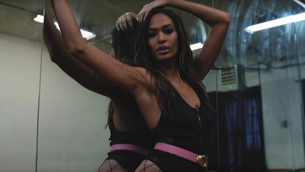 Відома модель знялася в спокусливому образі для Love Magazine: відео