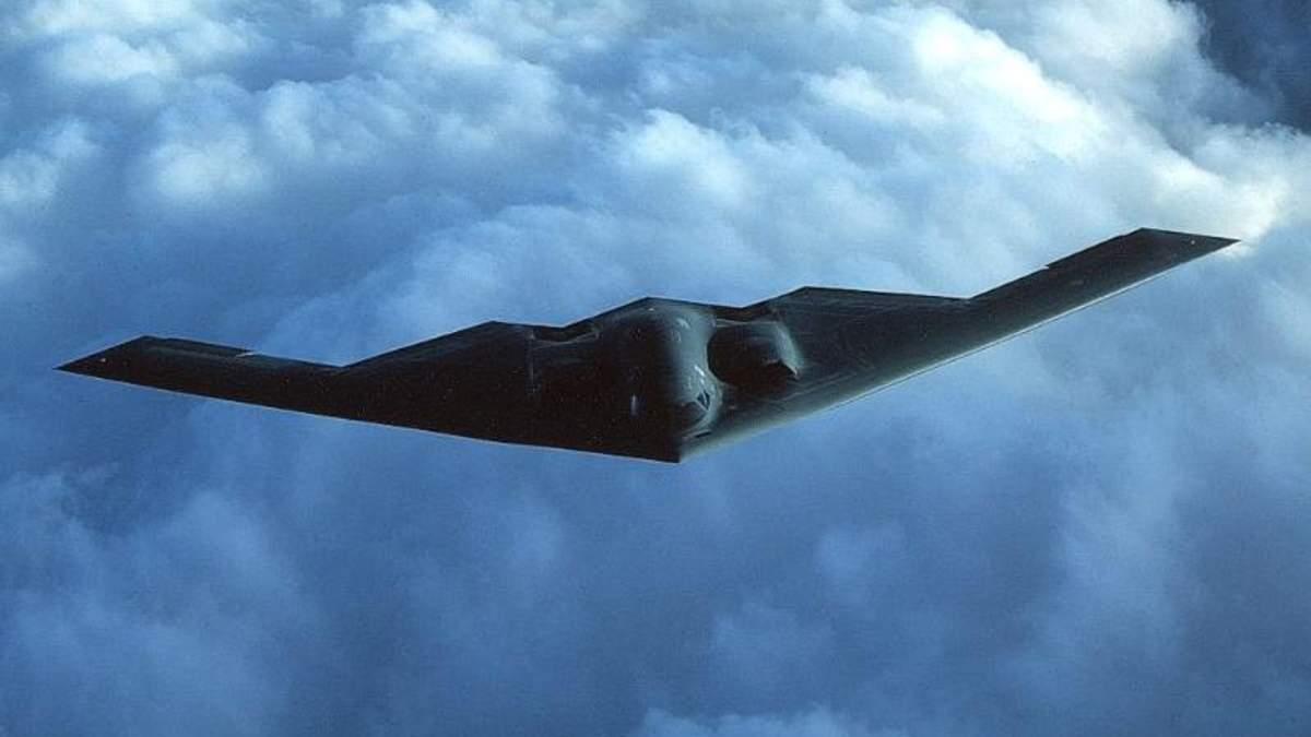 Бомбардувальник пролітає над багатотисячним стадіоном на висоті кількох сотень метрів: видовищне фото