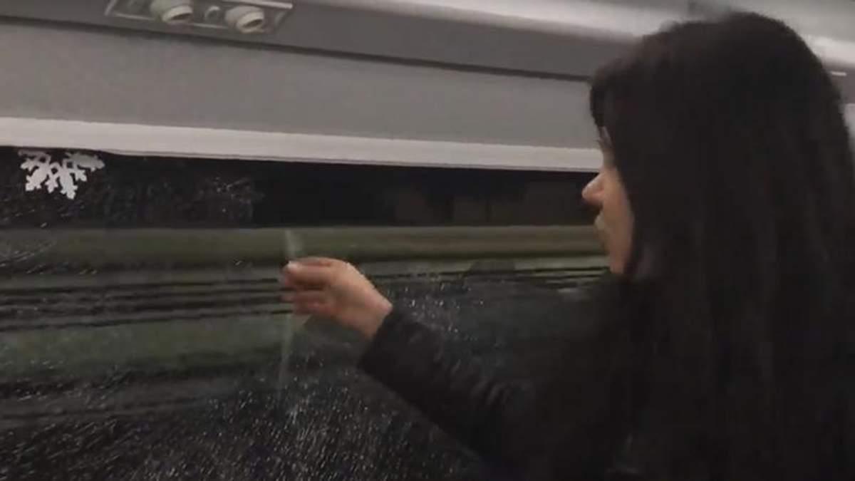 """У потязі """"Інтерсіті"""", яким їхала Руслана, розбили вікно камінням: фото та відео"""