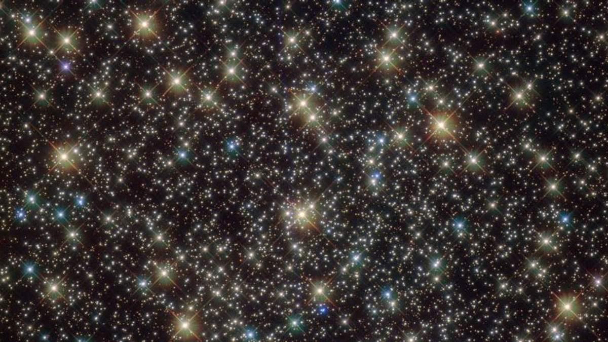 """Сотні тисяч зірок з надмасивною чорною дірою в центрі: з'явився новий знімок з """"Хаббла"""""""