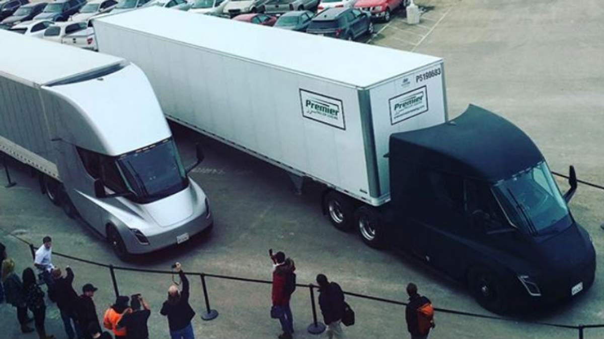 Безпілотні вантажівки Tesla доставили перший товар