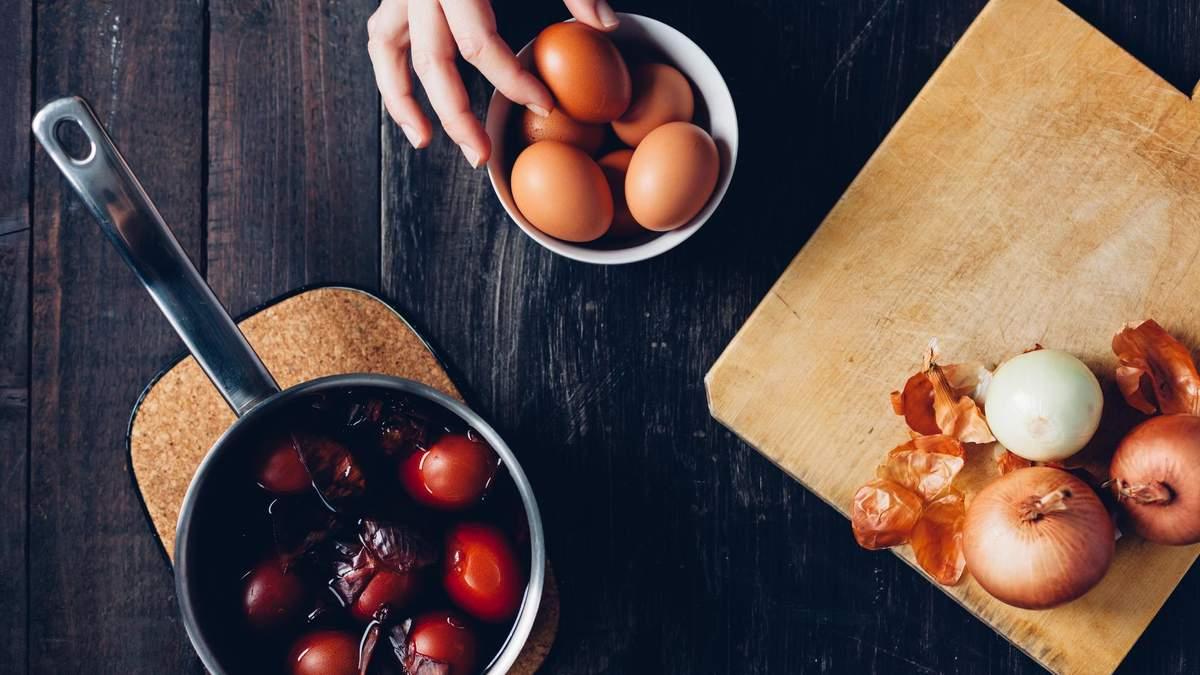 Как покрасить яйца луковой шелухой с рисунком – инструкция