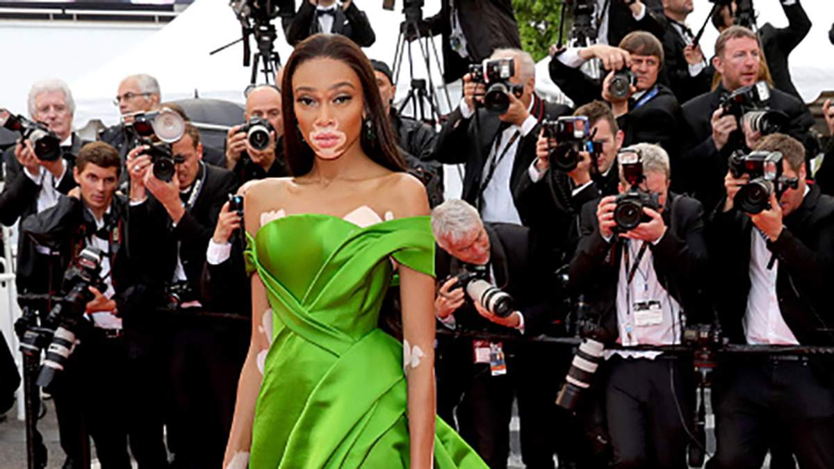 Модель Вінні Харлоу засвітила яскраву сукню на Каннському фестивалі: розкішні фото