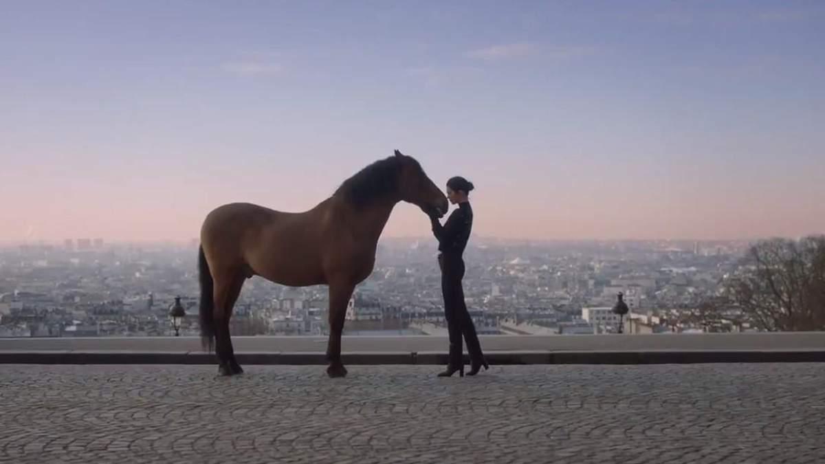 Кендалл Дженнер знялась у чуттєвій рекламі в Парижі: відео