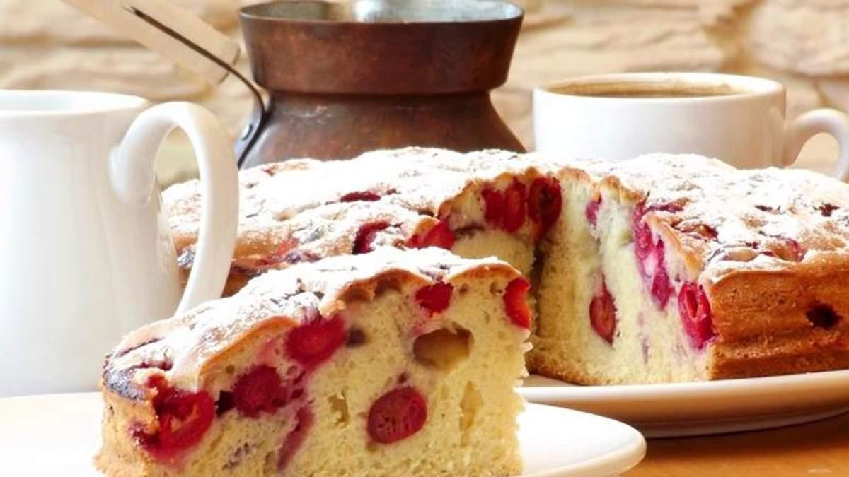 Как приготовить вкусный пирог с вишней: простой рецепт выпечки