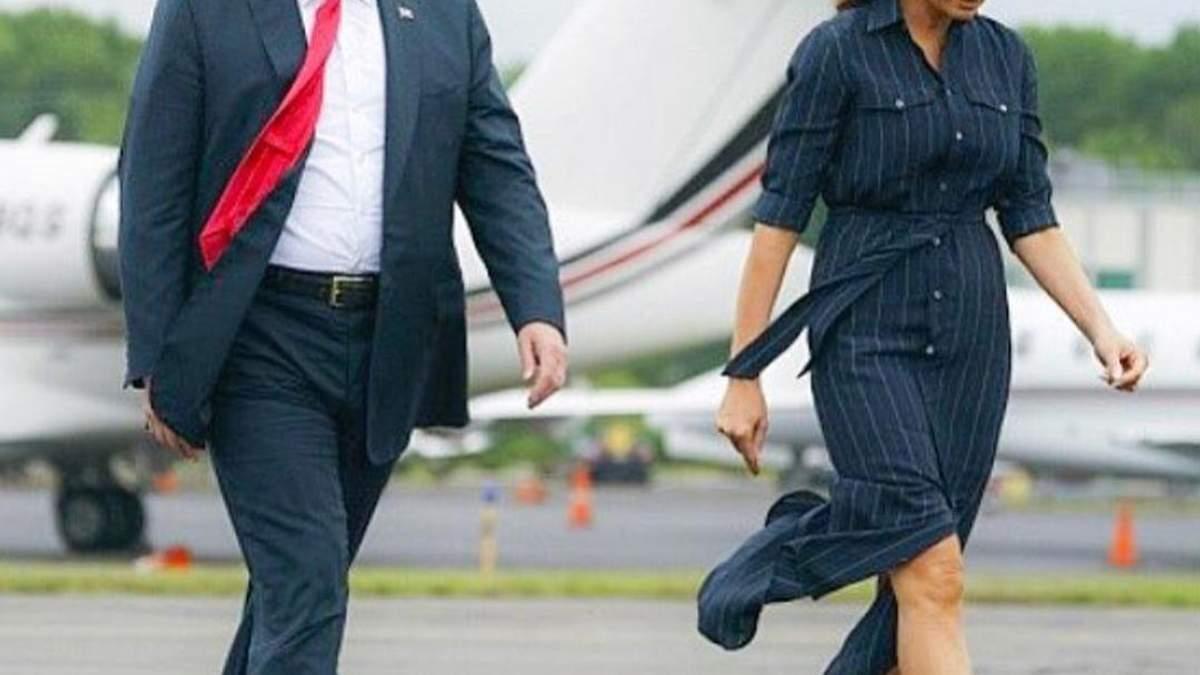 Стильна Меланія Трамп у смугастій сорочці-сукні вирушила у поїздку з чоловіком: фото