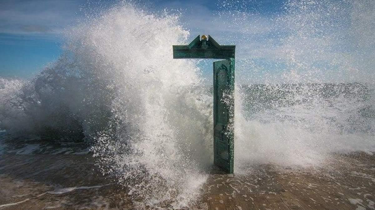 Дверь или море: в сети спорят об очередной оптической иллюзии