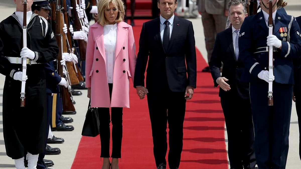 Первая леди в кроссовках: Бриджит Макрон удивила необычным видом во время официального визита