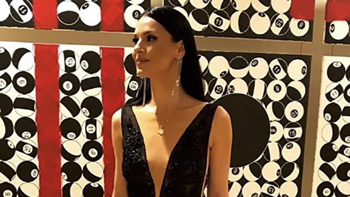 Маша Єфросиніна вбрала сукню з чималим декольте: ефектні фото