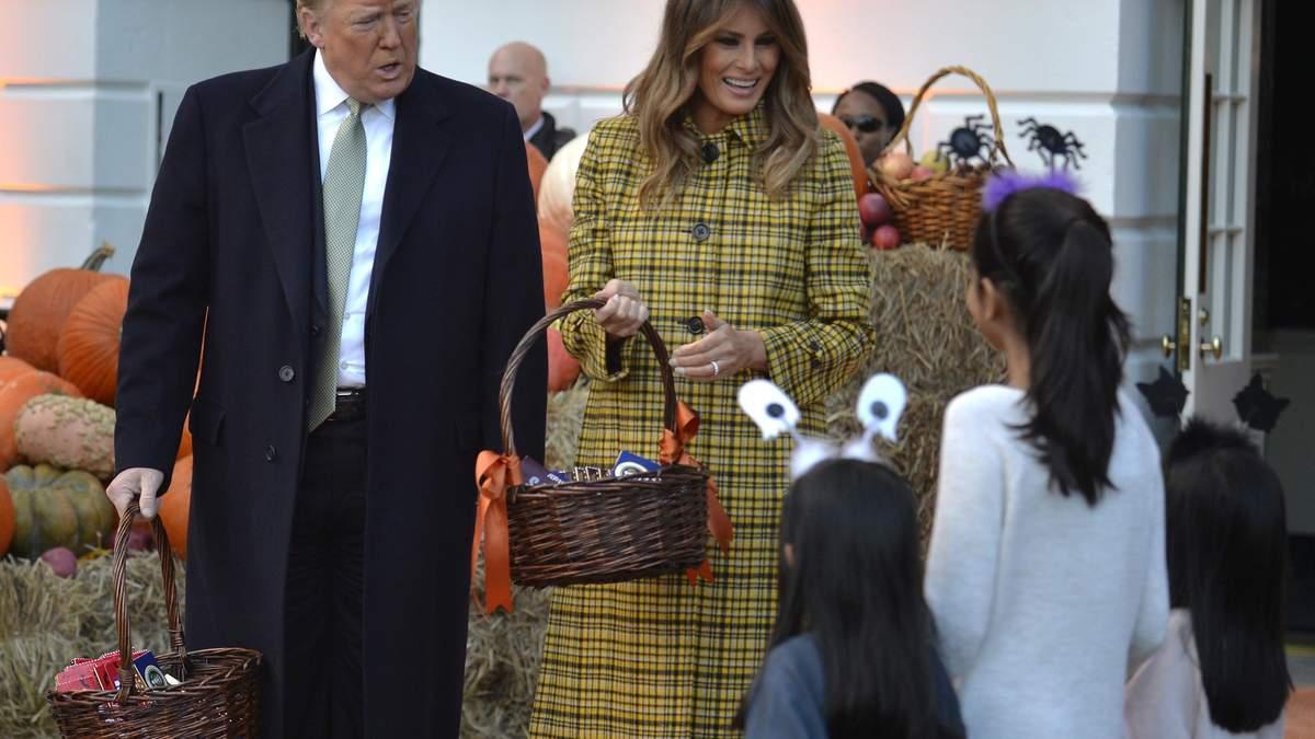Хэллоуин в Белом доме: как Трампы угощали детей в праздничных костюмах