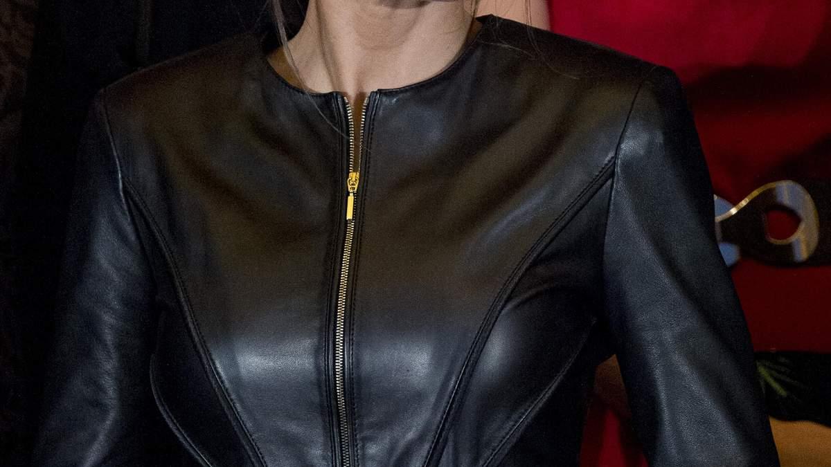 Іспанська королева продемонструвала стильний образ в шкіряній куртці та широких штанях: фото