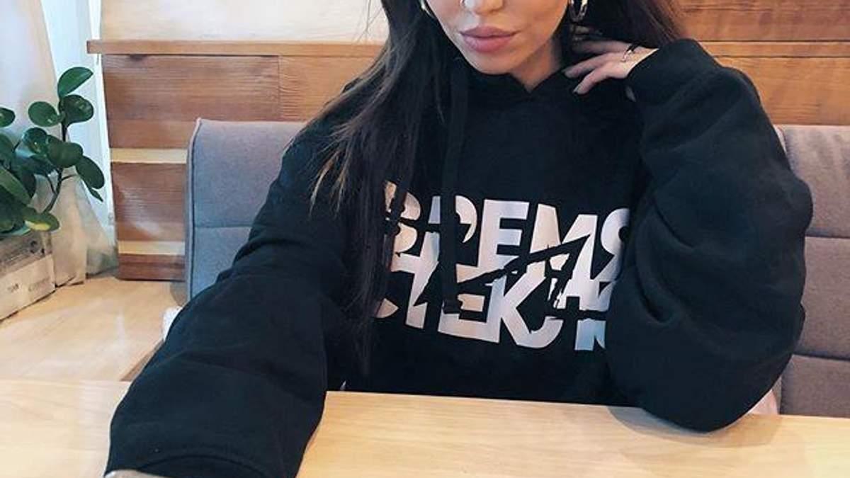 Надя Дорофеева соблазнила сияющим топом и украшениями на вечеринке Moschino и H&M