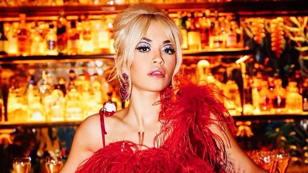 Огненная птица: Рита Ора в ярком наряде на презентации собственного альбома Phoenix