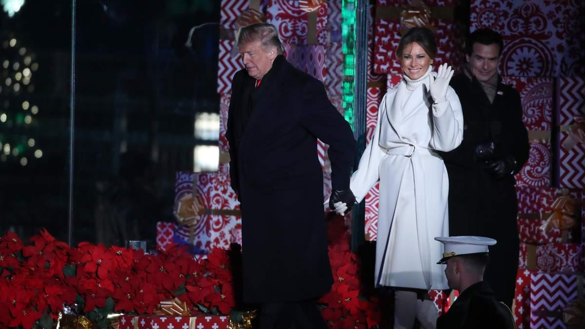 Вся в білому: Меланія Трамп запалила вогні на головній різдвяній ялинці в США – фото