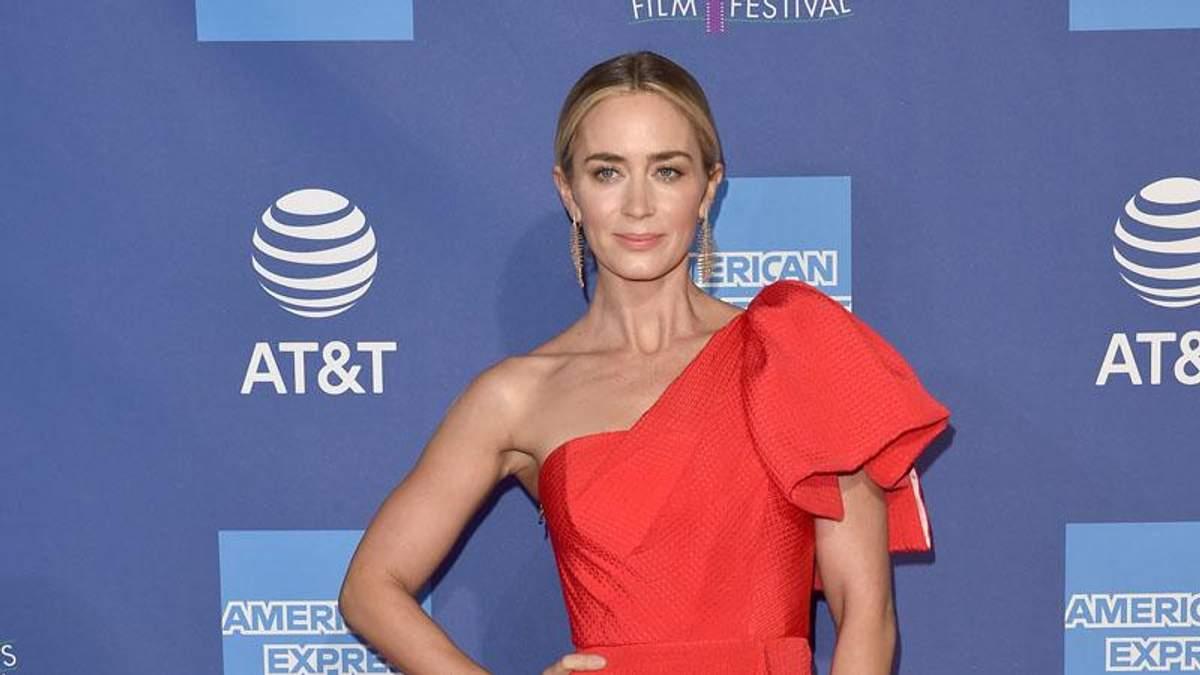Как носить красные платья: яркий пример от Эмили Блант