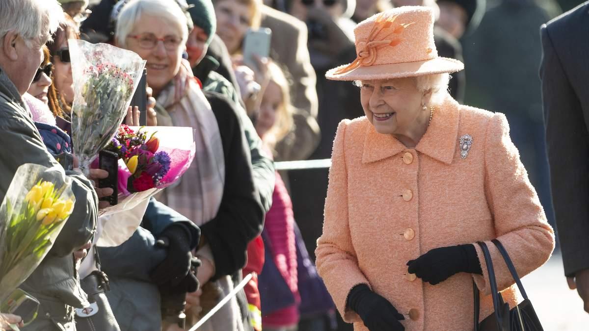 Єлизавета II в костюмі кольору Pantone-2019