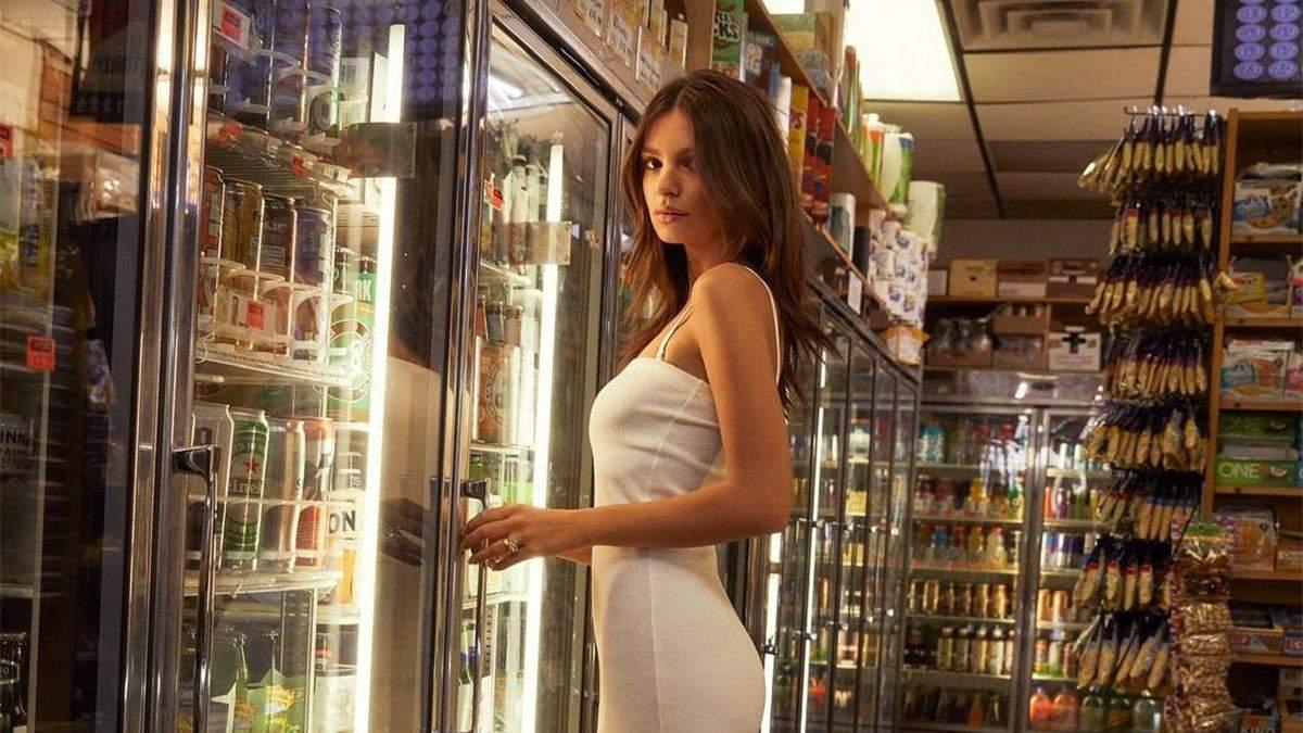 Напівоголена в крамниці: Емілі Ратажковскі приголомшила сексапільними знімками