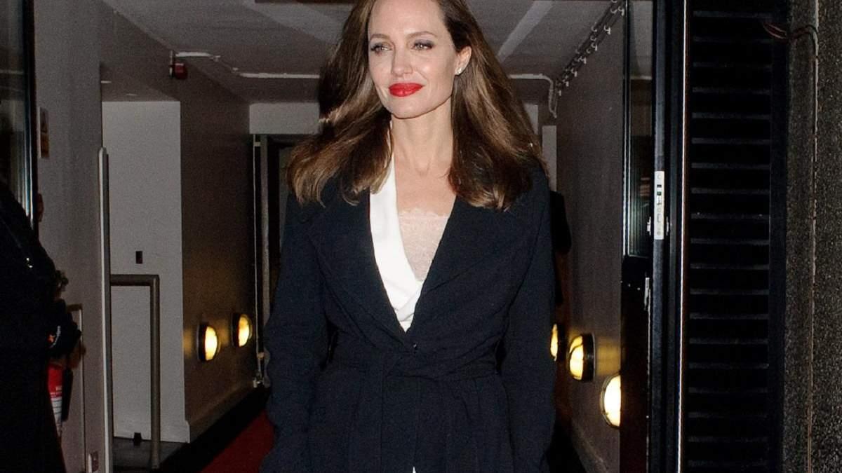 Сімейні виходи: Анджеліна Джолі показала два стильних образи на прогулянці з дітьми