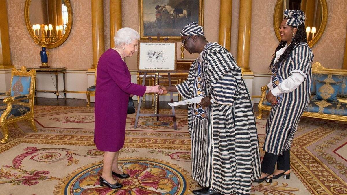 Єлизавета II на зустрічі з послами Шрі-Ланки і Сьєрри-Леоне