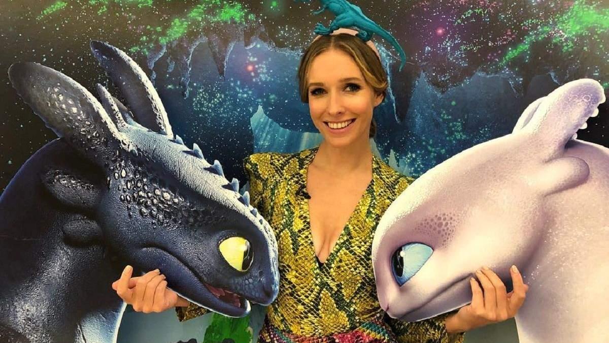 Шляпа с драконом и змеиный принт: Катя Осадчая показала яркий образ