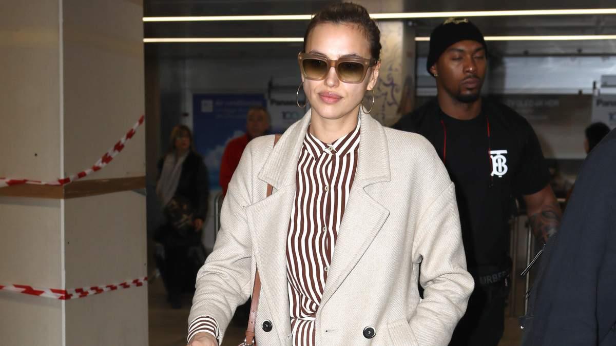 Літній комбінезон, бежеве пальто і дорожня сумка від Gucci: Ірина Шейк вразила стильним образом