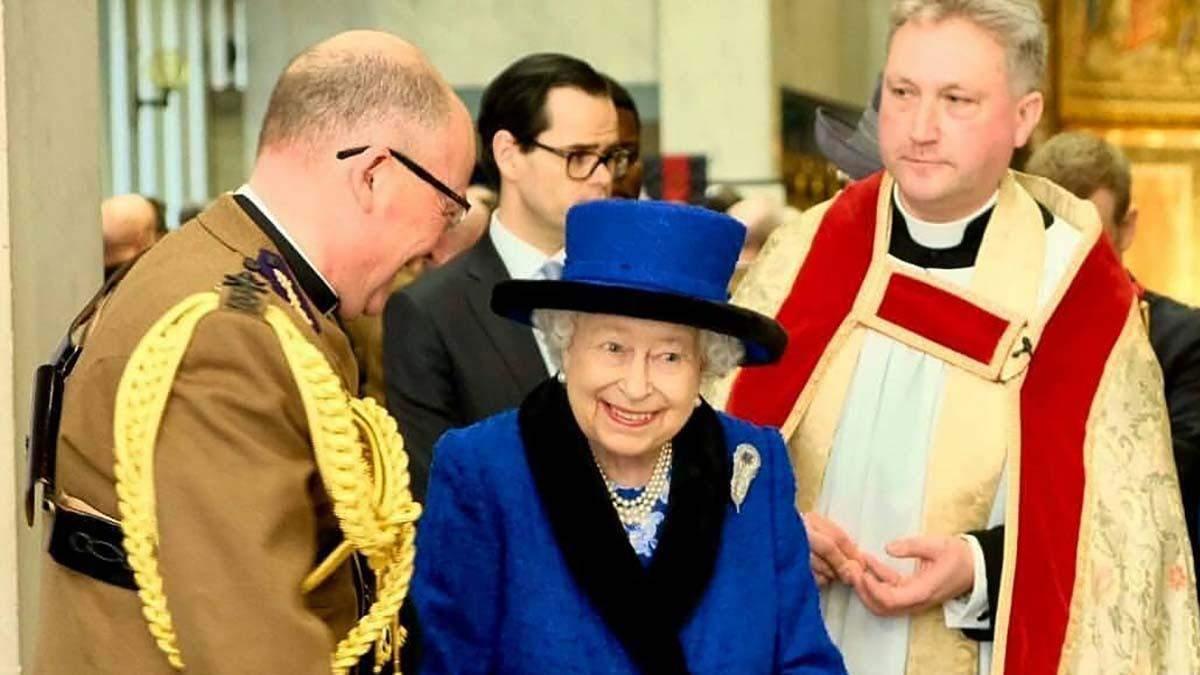 Єлизавета ІІ вразила яскравим вбранням