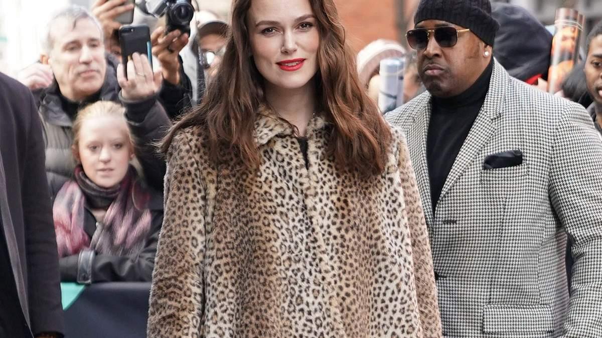 В леопардовой шубе и кружевном платье: Кира Найтли примерила смелый образ – фото