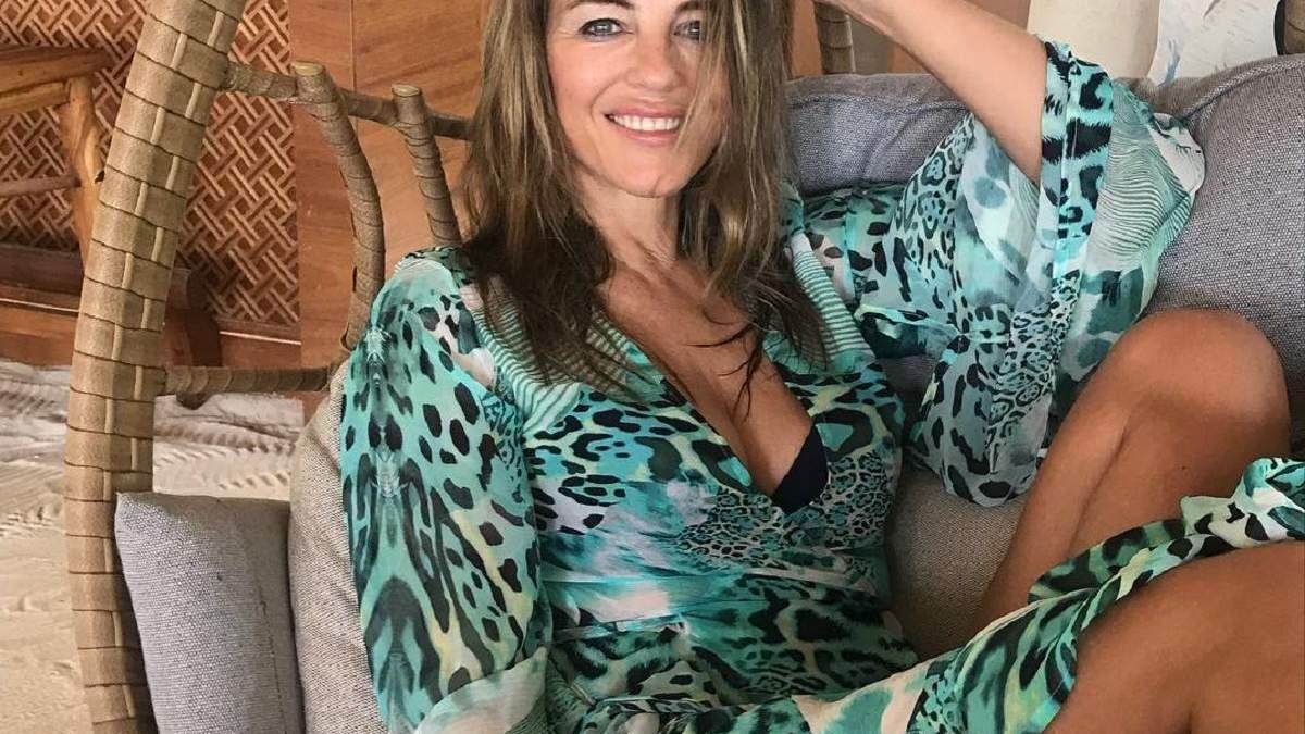 В голубом купальнике: 53-летняя Элизабет Херли продемонстрировала соблазнительную фигуру – фото