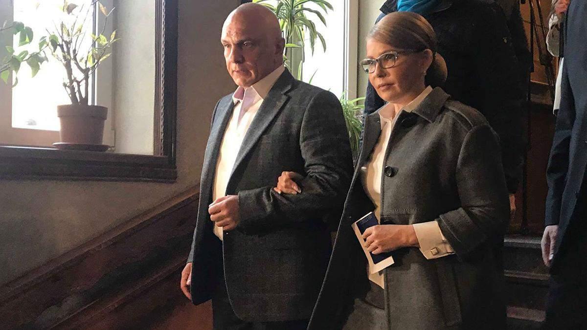 Костюмы и скромные пальто: в каких нарядах украинские политики засветились на выборах