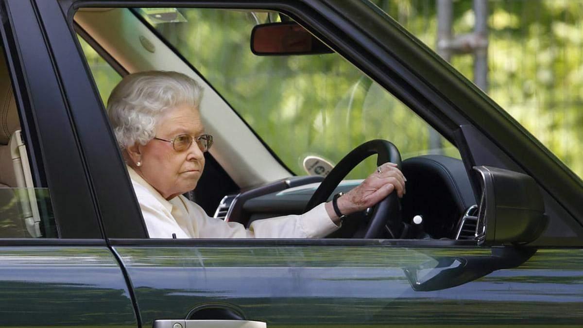 Королева Елизавета II за рулем
