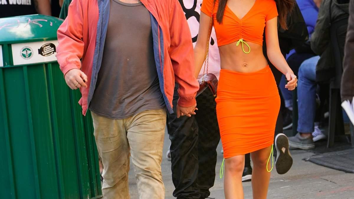 В помаранчевому кроп-топі: Емілі Ратажковскі показала ідеальний прес на прогуляці – фото