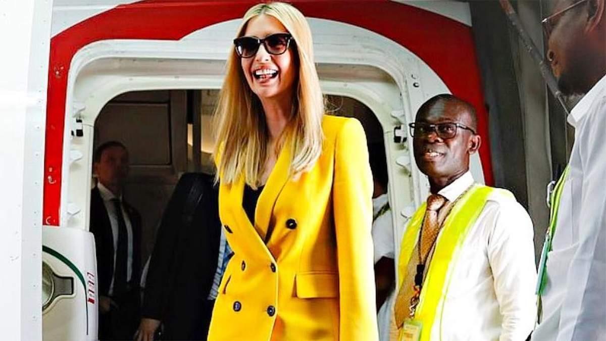 Иванка Трамп прибыла в Африку в ярком костюме и с любимой сумкой: эффектные фото