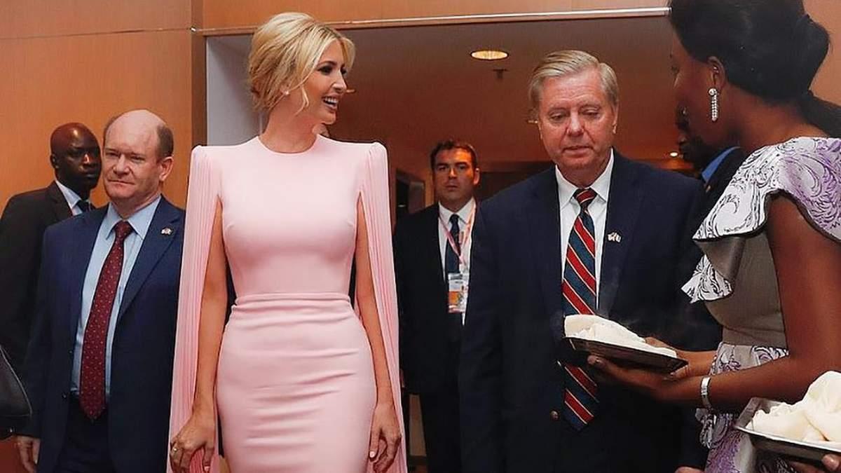 Иванка Трамп вышла на публику в роскошном платье-кейп: элегантные фото