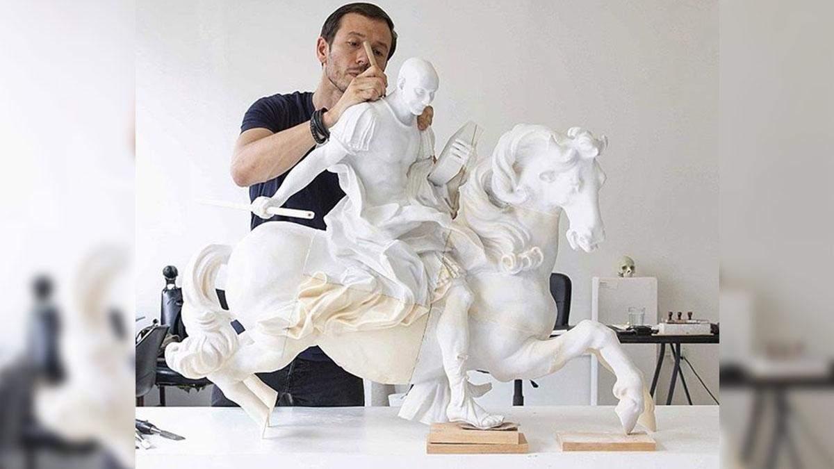 Скульптура Безоса у ролі полководця