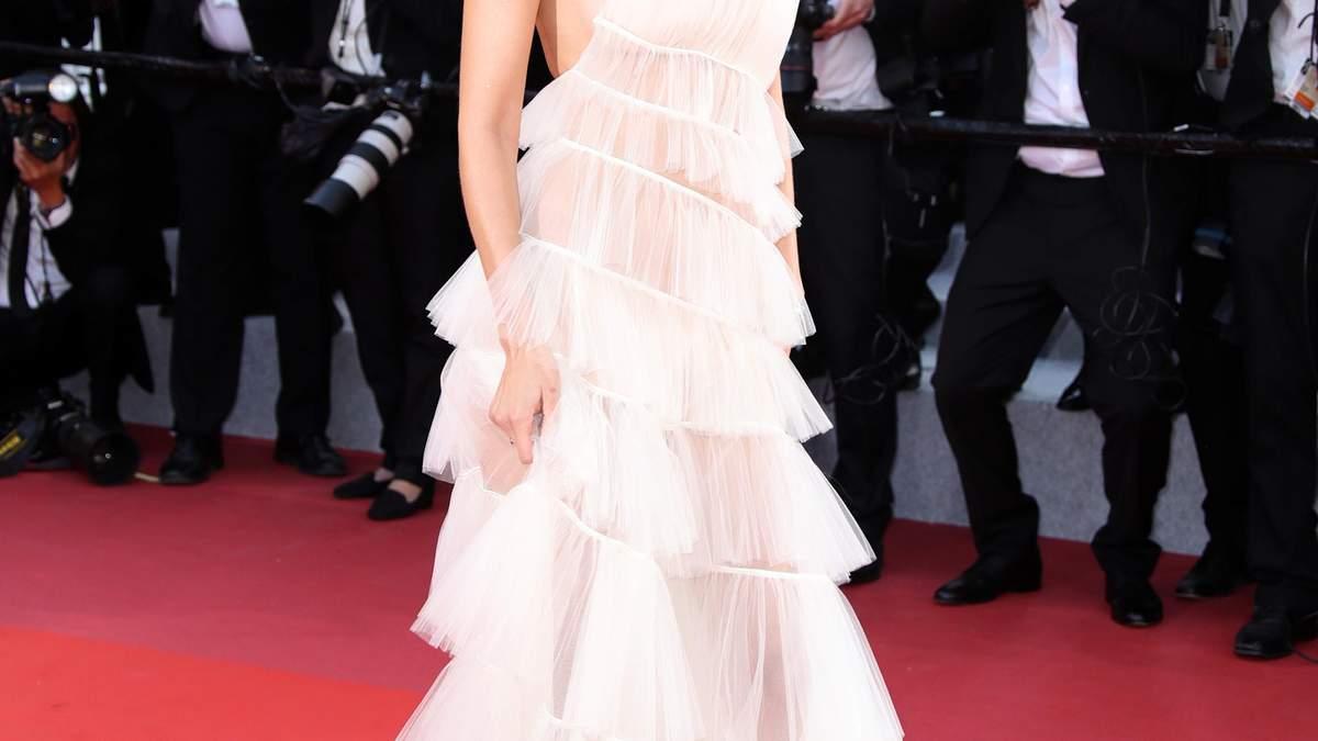 Белый лебедь: Белла Хадид похвасталась стройной фигурой в прозрачном платье