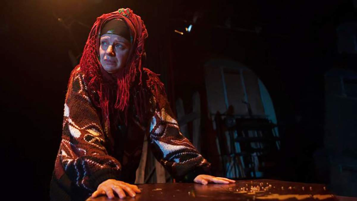 """Баба Пріся в одній з вистав на основі п'єси Павла Ар'є """"На початку і наприкінці часів"""""""