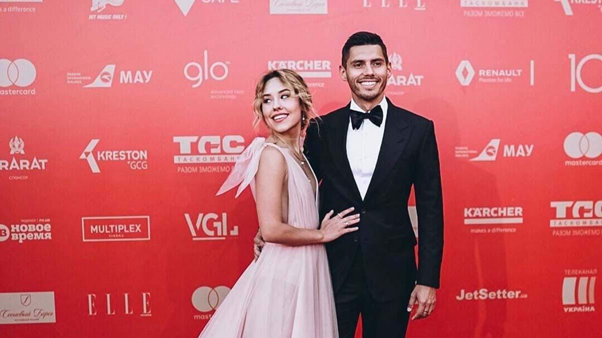 """Нікіта Добринін прийшов на Одеський кінофестиваль з переможницею """"Холостяк-9"""": романтичні фото"""