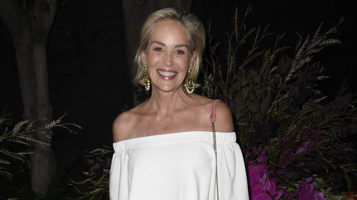 61-летняя Шэрон Стоун обнажила плечи в белом комбинезоне: актриса завораживает Лос-Анджелес
