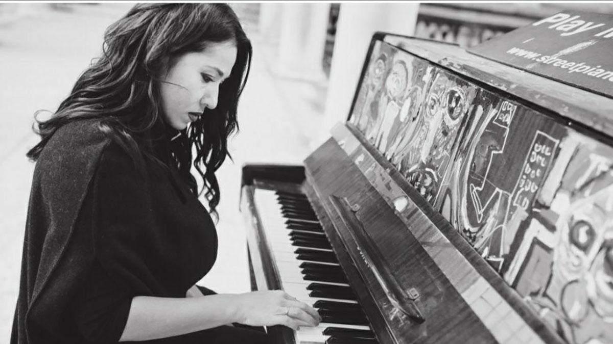Наталка Карпа грає на фортепіано