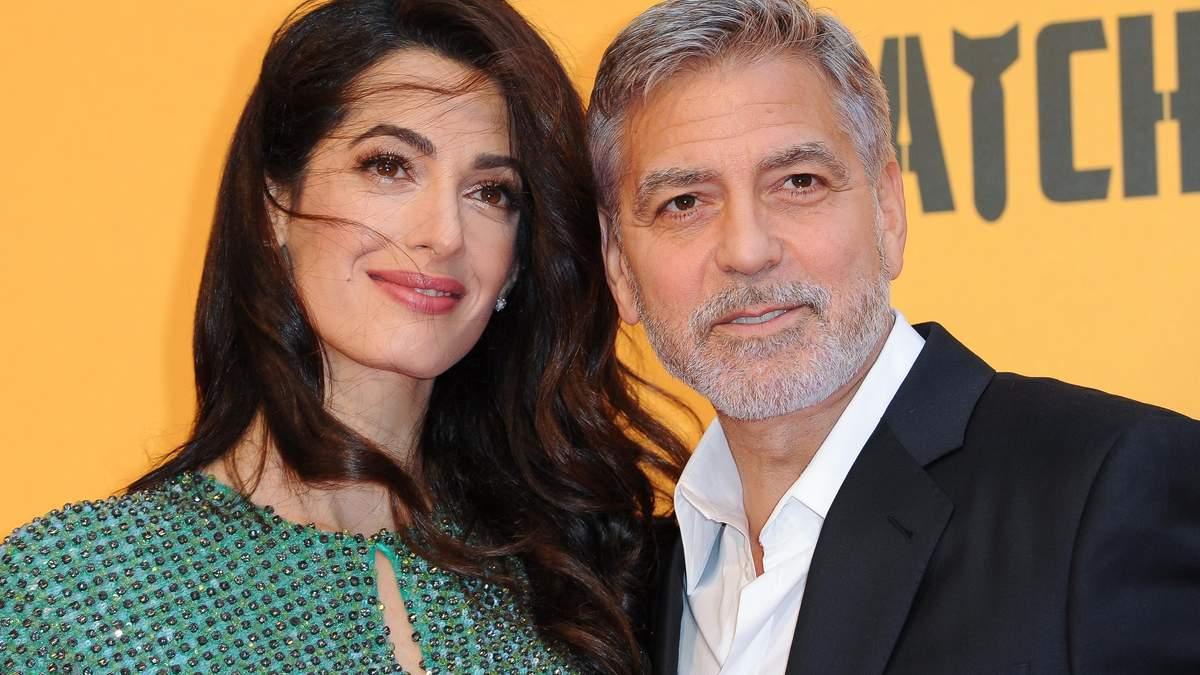 В изумрудном платье: Амаль и Джордж Клуни сходили на ужин у озера Комо – фото