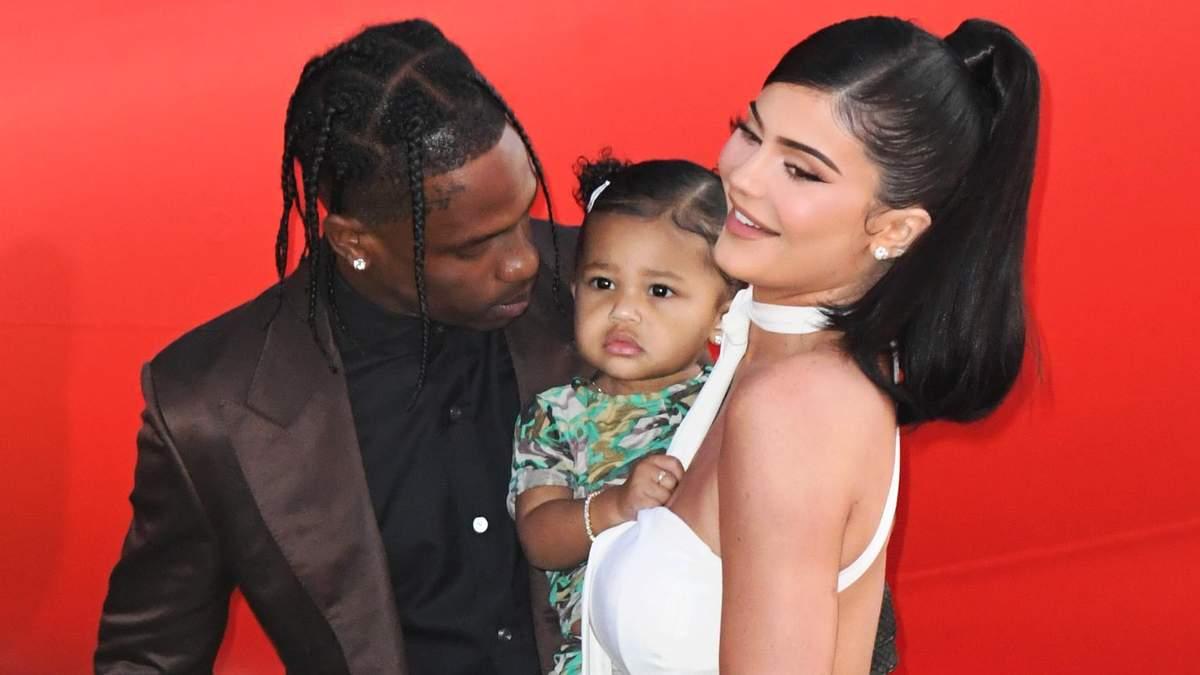 1-річна донька Кайлі Дженнер дебютувала на червоній доріжці: стильні фото зіркового сімейства