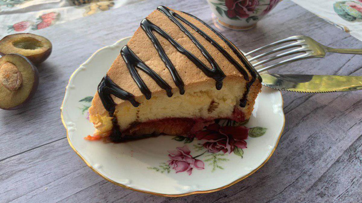 Пиріг зі сливами – рецепт сливового бісквітного пирога