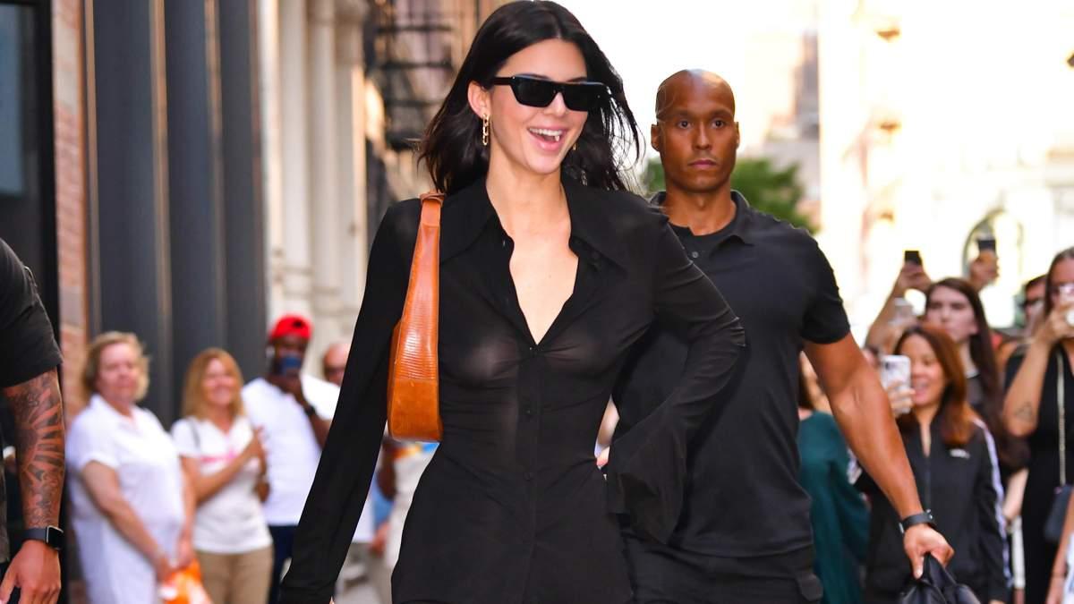 В прозрачной рубашке без белья: Кендалл Дженнер засветила грудь на прогулке в Нью-Йорке